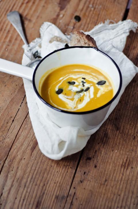 Kuerbis-Orangen-Suppe mit sahne und zimt